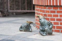 Estátua pequena do gnomo do anão 'Grajek I Meloman 'no mercado em Wroclaw fotos de stock royalty free