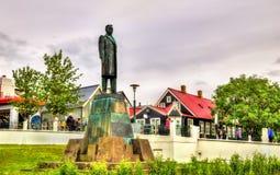 Estátua perto da casa do governo em Reykjavik Fotografia de Stock