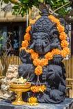 Estátua perto de uma casa local, Nusa Lembongan do elefante, Indonésia Fotos de Stock