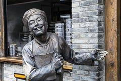 Estátua que dá boas-vindas a turistas no restaurante ao longo das aleias de Kuanzhai, foto de stock royalty free