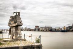 Estátua que negligencia a skyline de Antuérpia com o rio do schelde Foto de Stock Royalty Free