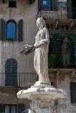 A estátua romana chamou Madonna Verona acima da fonte do século XIV no delle Erbe da praça, Verona fotografia de stock royalty free