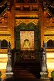 A estátua santamente de buddha de Wat Phra Singh Fotografia de Stock Royalty Free