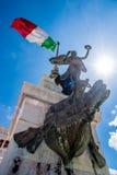 Estátua sob a bandeira italiana Fotos de Stock Royalty Free