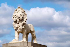 A estátua sul do leão do banco na ponte de Westminster em Londres foto de stock royalty free