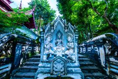 Estátua tailandesa do anjo do estilo no templo de Analyo Thipayaram imagem de stock royalty free