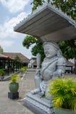 Estátua tradicional no palácio de Yogyakarta Fotos de Stock Royalty Free