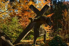 Estátua transversal levando Fotografia de Stock