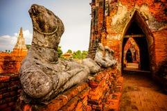 Estátua velha de buddha no templo de Ayutthaya, estilo colorido de Tailândia Fotografia de Stock Royalty Free