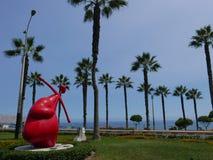 Estátua vermelha do coração e um outro endind do coração uma seta fotos de stock