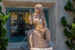 A estátua viva da mulher joga jatos pequenos da água de suas mãos em Seaworld na área internacional 3 da movimentação imagem de stock