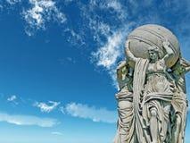 Estátuas alegóricas sobre admiralty em um fundo do céu Foto de Stock