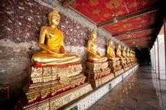 Estátuas alinhadas de Buddha em Wat Suthat Thepwararam Imagem de Stock Royalty Free