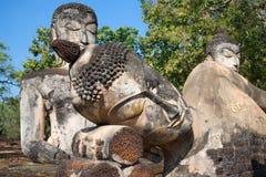 Estátuas antigas da Buda nas ruínas do templo budista de Wat Phra Kaew Kamphaeng Phet, Tailândia Foto de Stock Royalty Free