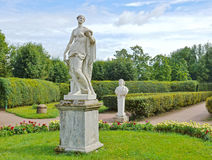 Estátuas antigas no jardim Imagem de Stock Royalty Free