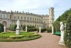 Estátuas antigas no jardim ao lado do palácio em Gatchina fotografia de stock royalty free