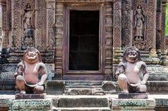 Estátuas antigas no templo de Banteay Srei Fotos de Stock