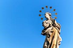 Estátuas barrocos de Saint Detalhe de coluna barroco do praga na cidade de Valtice em Moravia do sul Obra de arte Construído em 1 fotos de stock