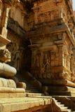 Estátuas bonitas na entrada do templo antigo de Brihadisvara no cholapuram do gangaikonda, india fotos de stock