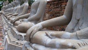 Estátuas brancas antigas de buddha atrás da parede Fotos de Stock Royalty Free