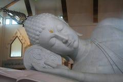 Estátuas brancas atrativas de reclinação de buddha do jade, um da maioria de templo da visita para o turismo Fotografia de Stock Royalty Free