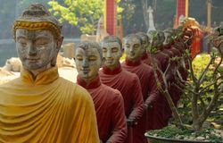 Estátuas budistas em Hpa-An Imagens de Stock