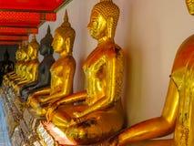Estátuas da Buda de assento no templo Fotos de Stock