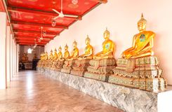 Estátuas da Buda em Wat Phra Chetuphon Vimolmangklararm Rajwaramahaviharn Wat Pho, Banguecoque, Tailândia em dezembro de 2018 imagem de stock