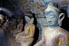 Estátuas da Buda na galeria, templo de Shitthaung em Mrauk U, Myanmar fotografia de stock royalty free