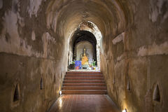 Estátuas da Buda no túnel do templo Fotos de Stock