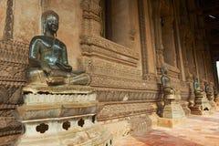 Estátuas da Buda situadas na parede exterior da construção do museu de Hor Phra Keo em Vientiane, Laos imagem de stock royalty free