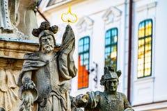 Estátuas da decoração da fonte em Veszprem, Hungria Edifícios históricos imagem de stock royalty free