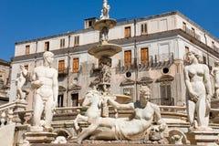 Estátuas da fonte Pretoria em Palermo, Sicília fotos de stock