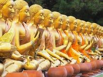 Estátuas da monge que sentam-se em vários gestos no templo público Imagem de Stock Royalty Free