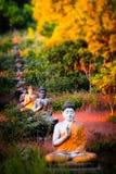 Estátuas das Budas do lote no jardim da Buda de Loumani Hpa-An, Myanmar ( Foto de Stock