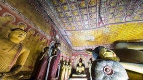 Estátuas das Budas e cinzeladura religiosa no templo dourado Sri Lanka Fotos de Stock