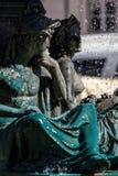 Estátuas de bronze da divindade na fonte imagem de stock