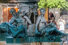Estátuas de bronze da divindade na fonte imagens de stock royalty free