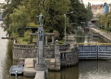Estátuas de bronze de mulheres despidas em uma coluna de pedra, rio de Vlatava perto da ponte lateral da legião de Lesser Town, P fotos de stock royalty free