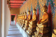 Estátuas de buddha da meditação no arun do wat, Tailândia imagens de stock royalty free