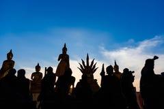 Estátuas de buddha da silhueta no fundo borrado do por do sol tailândia Imagens de Stock