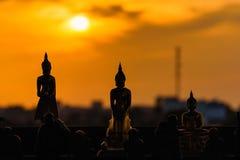 Estátuas de buddha da silhueta no fundo borrado do por do sol tailândia Foto de Stock Royalty Free