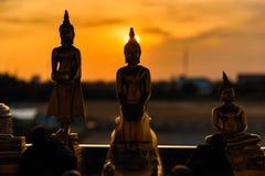 Estátuas de buddha da silhueta no fundo borrado do por do sol tailândia Fotografia de Stock Royalty Free