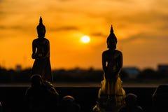 Estátuas de buddha da silhueta no fundo borrado do por do sol tailândia Fotografia de Stock