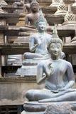 Estátuas de Buddha no templo de Gangaramaya Foto de Stock