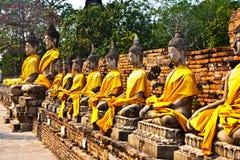 Estátuas de Buddha no templo de Wat Yai Chai Mongk Fotos de Stock