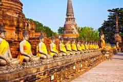 Estátuas de Buddha no templo de Wat Yai Chai Mongk Imagens de Stock