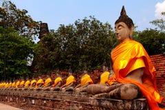Estátuas de Buddha no templo de Wat Yai Chai Mongk Foto de Stock