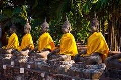 Estátuas de Buddha no templo Wat Yai Chai Mongkol Foto de Stock