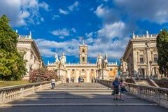 Estátuas de Cordonata Capitolina e de Dioscuri na entrada ao monte de Capitoline fotografia de stock royalty free